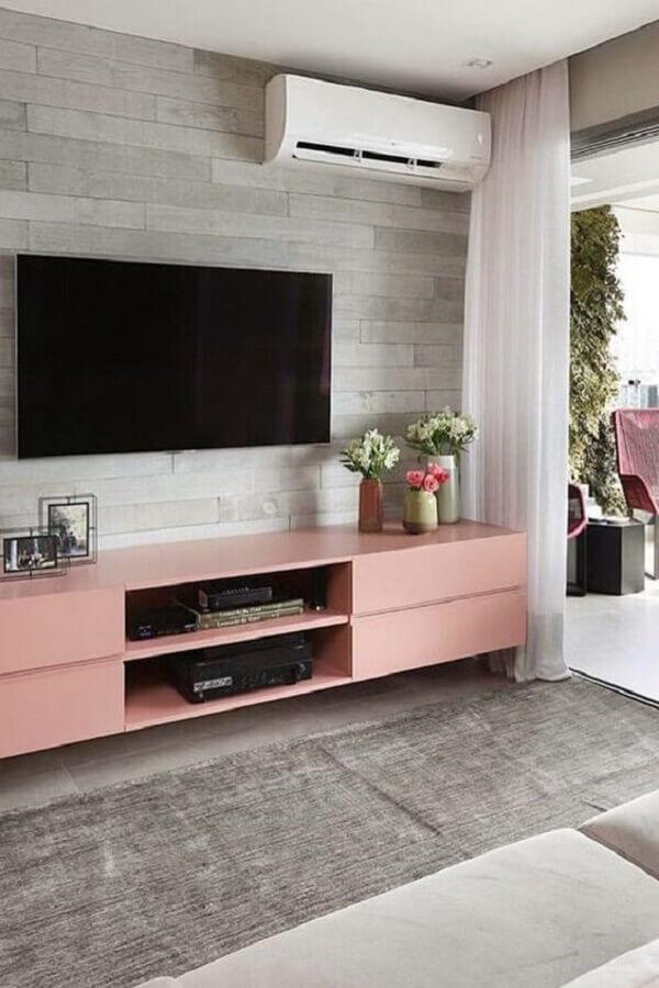 decoração de sala com TV na parede e rack rosa Foto Eu Capricho