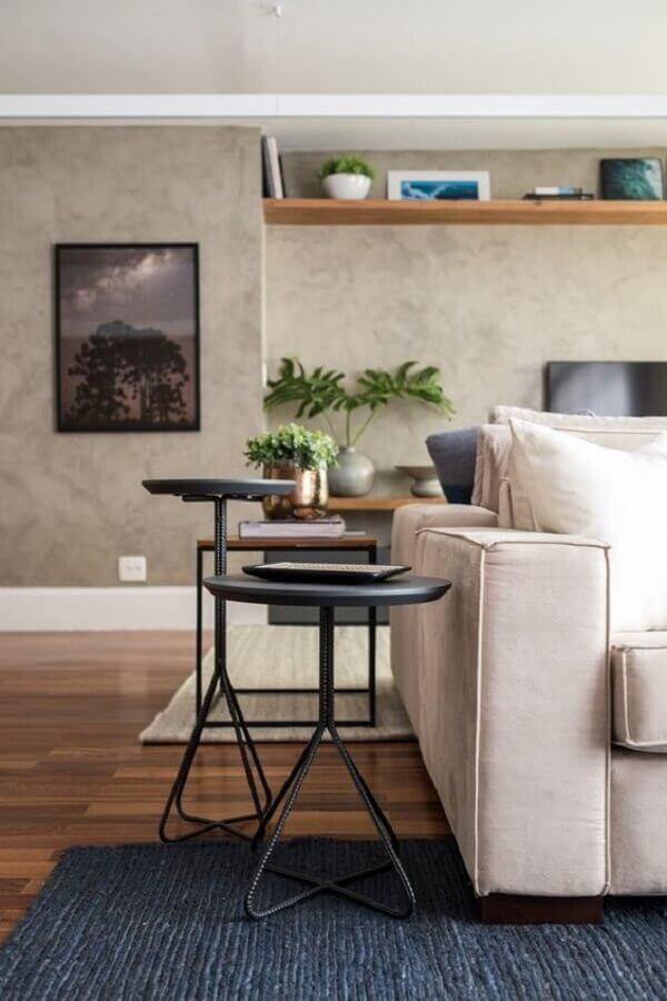 decoração de sala com parede de cimento queimado e mesa lateral industrial  Foto SP Estudio
