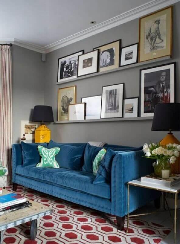 decoração de sala com sofá azul e prateleira para quadros Foto Arquitetura do Imóvel