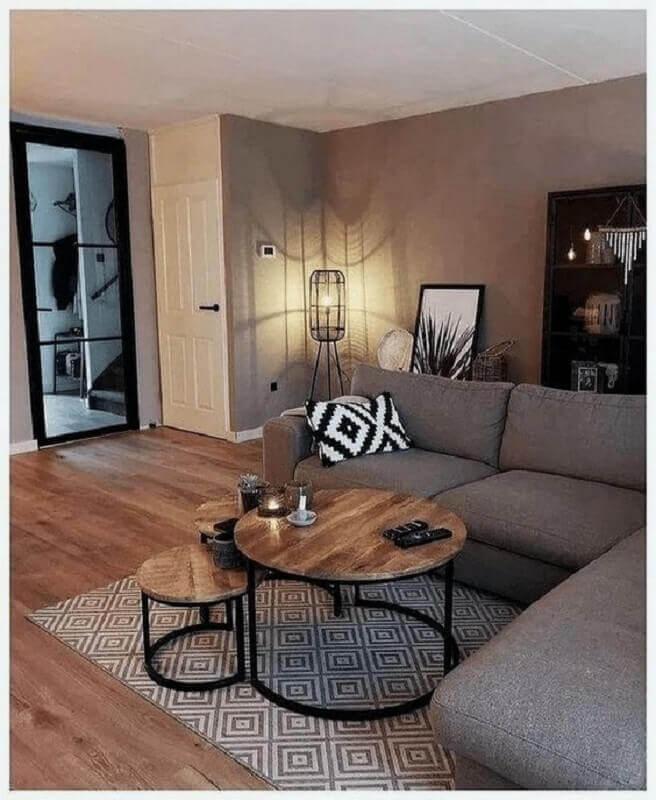 decoração de sala com sofá de canto cinza e mesa de centro industrial redondo  Foto Pinterest