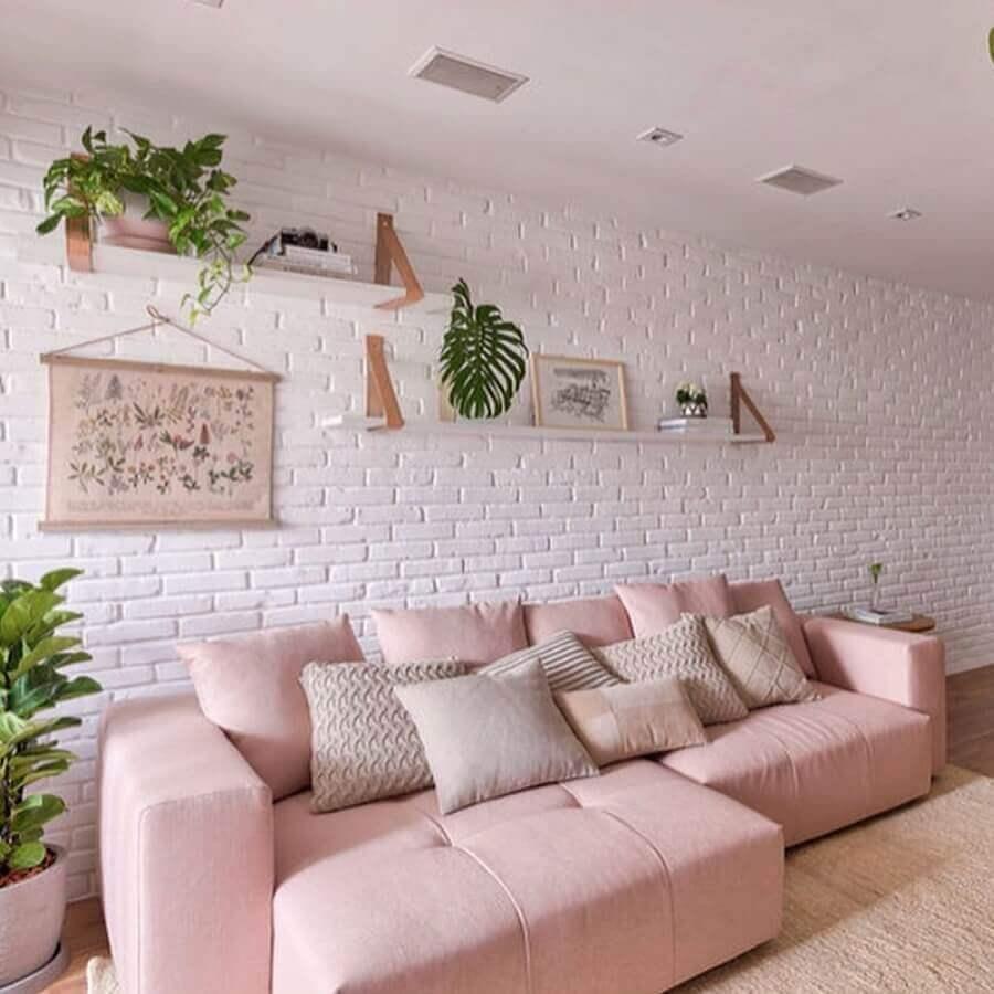 decoração de sala com sofá rosa candy color e parede de tijolinho branca Foto Fashionismo