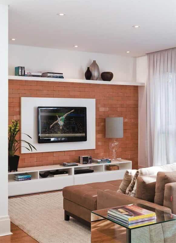 decoração de sala com suporte para TV na parede Foto Viajando no Apê