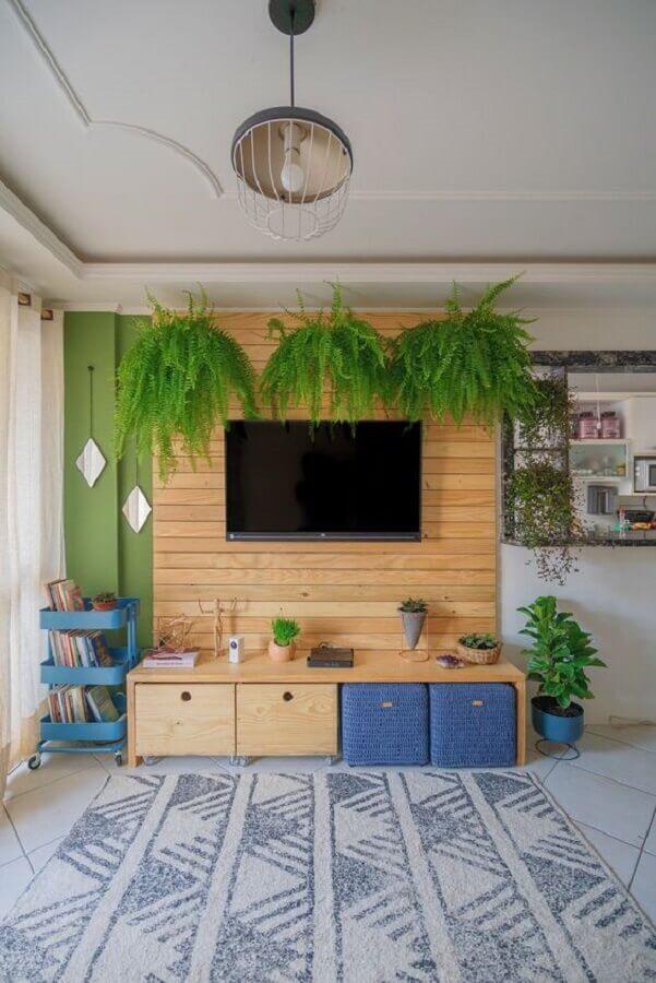 decoração de sala de estar com tv na parede com revestimento de madeira Foto Diycore