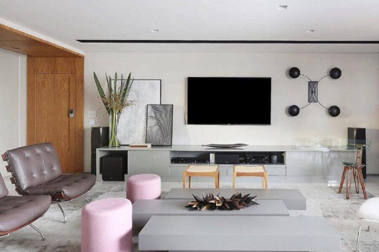 decoração de sala moderna com tv na parede e puffs cor de rosa Foto Futurist Architecture