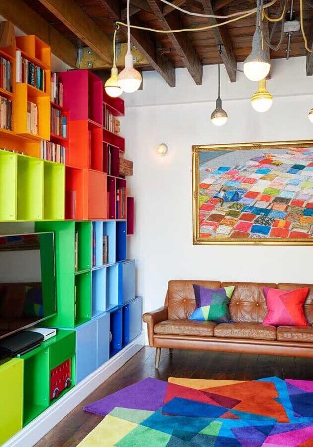 decoração de sala simples com estante de nichos coloridos Foto Pinterest