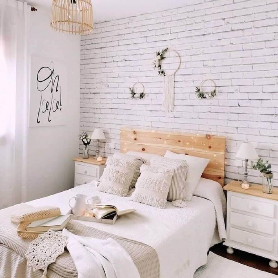 decoração delicada para quarto com papel de parede tijolinho branco e cabeceira de madeira Foto Pinterest