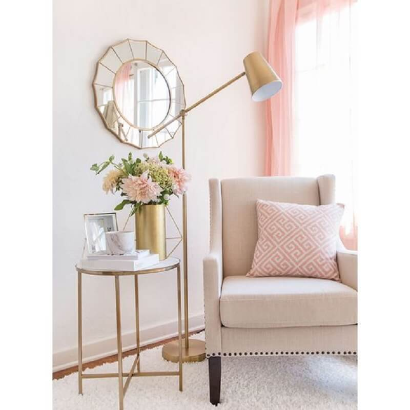 decoração delicada para sala rosa com luminária para leitura com acabamento dourado Foto Homebook