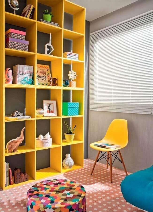decoração divertida com estante de nichos amarelo Foto Histórias de Casa