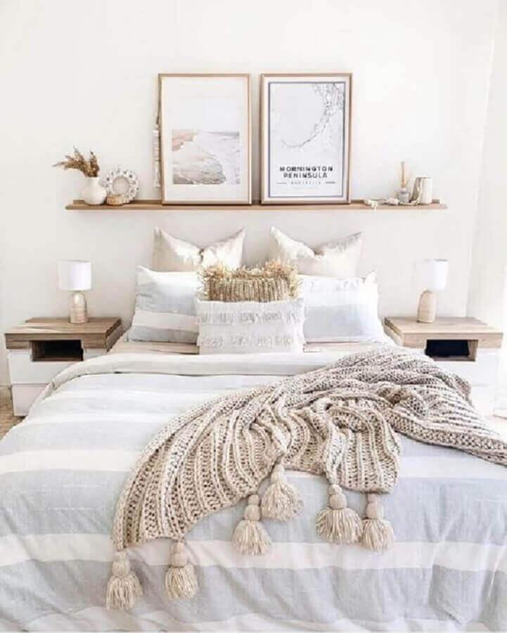 decoração escandinava para quarto branco com prateleira para quadros Foto Pinterest