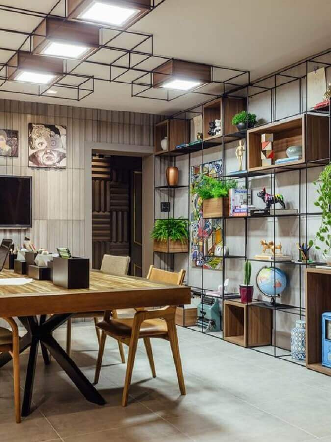 decoração industrial com estante de ferro com nichos de madeira Foto Futurist Architecture