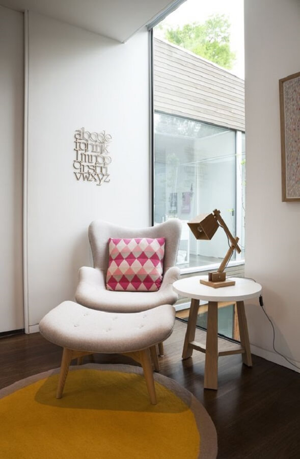 decoração moderan com poltrona com puff e luminária de mesa para leitura Foto Oppa Design