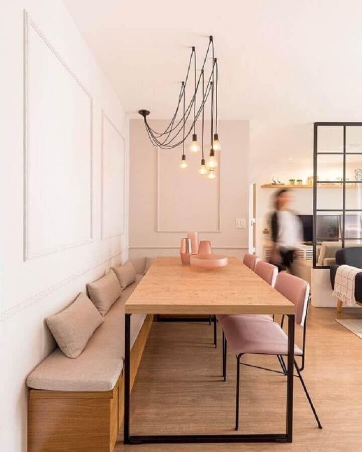 decoração moderna com cadeiras cor de rosa para mesa de jantar industrial em canto alemão  Foto Apartment Therapy