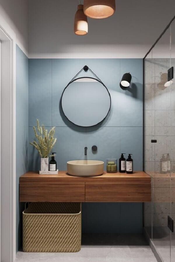 decoração moderna com parede azul e espelho redondo para banheiro com alça Foto Aresto Arquitetura