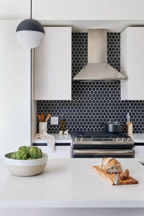 decoração moderna com revestimento hexagonal cozinha preta e branca  Foto Home Fashion Trend