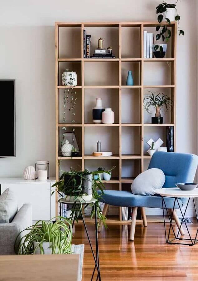 decoração para sala com poltrona azul e estante de nichos de madeira Foto Architecture Art Designs