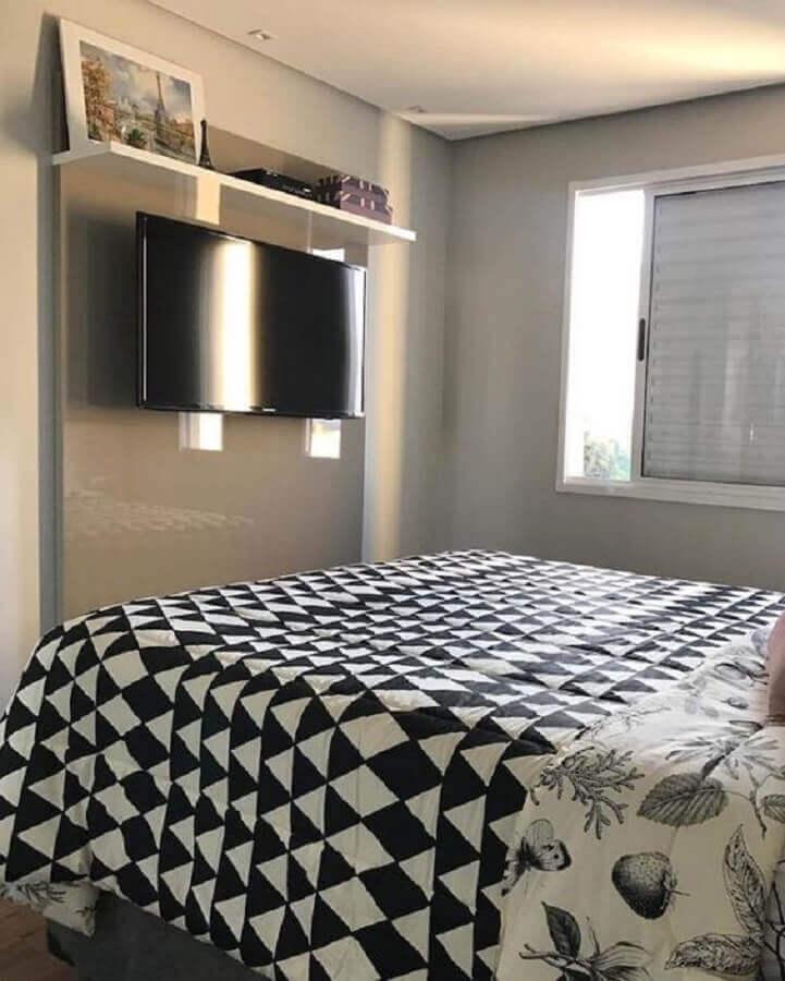 decoração simples com TV na parede do quarto cinza Foto Dicas de Mulher