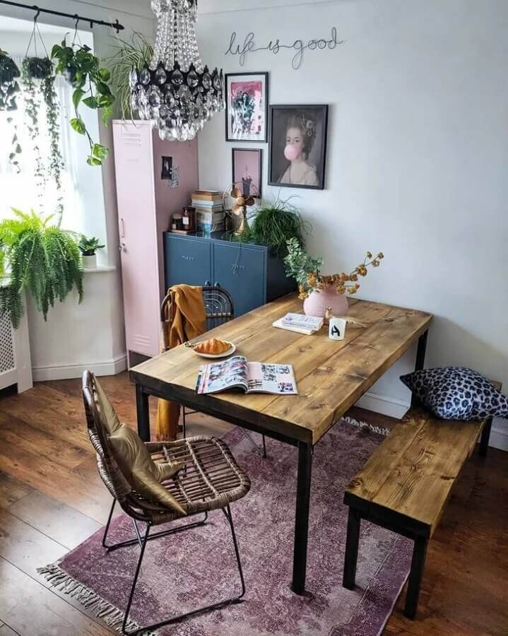 decoração simples com mesa industrial com banco rústico  Foto Pinterest