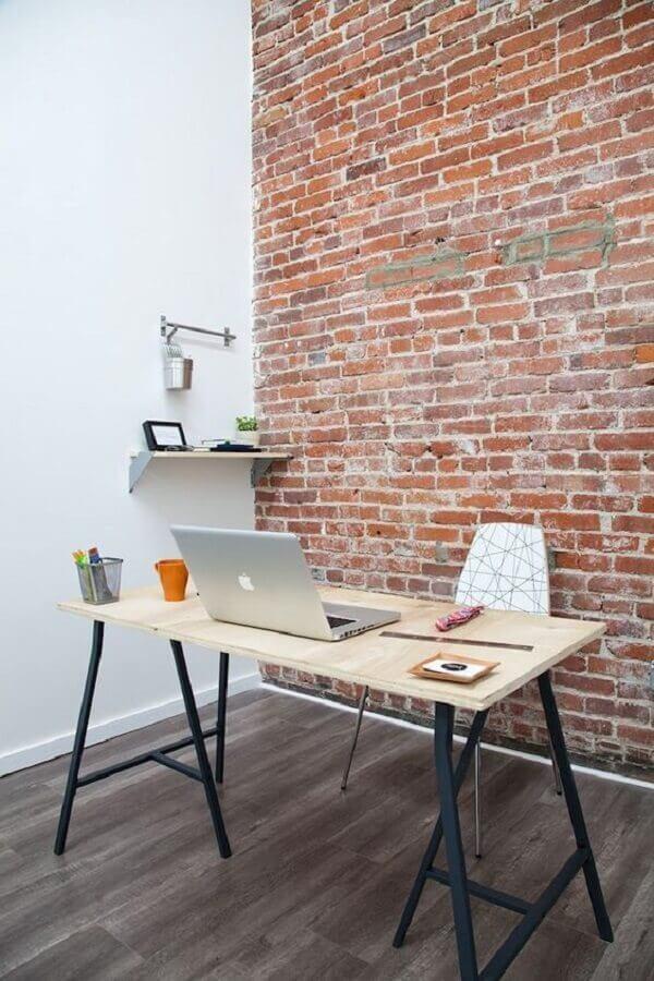 decoração simples com parede de tijolinho e mesa escritório industrial  Foto Estilos Deco