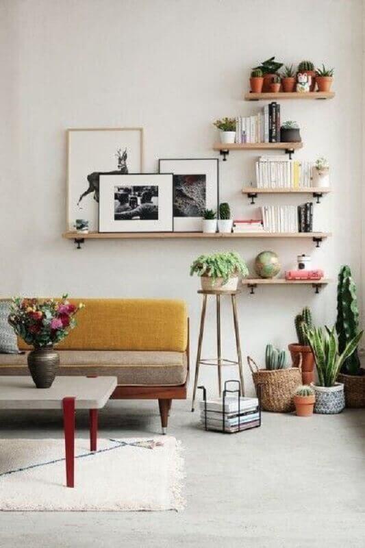 decoração simples com prateleira para quadros sala de estar Foto Pinterest