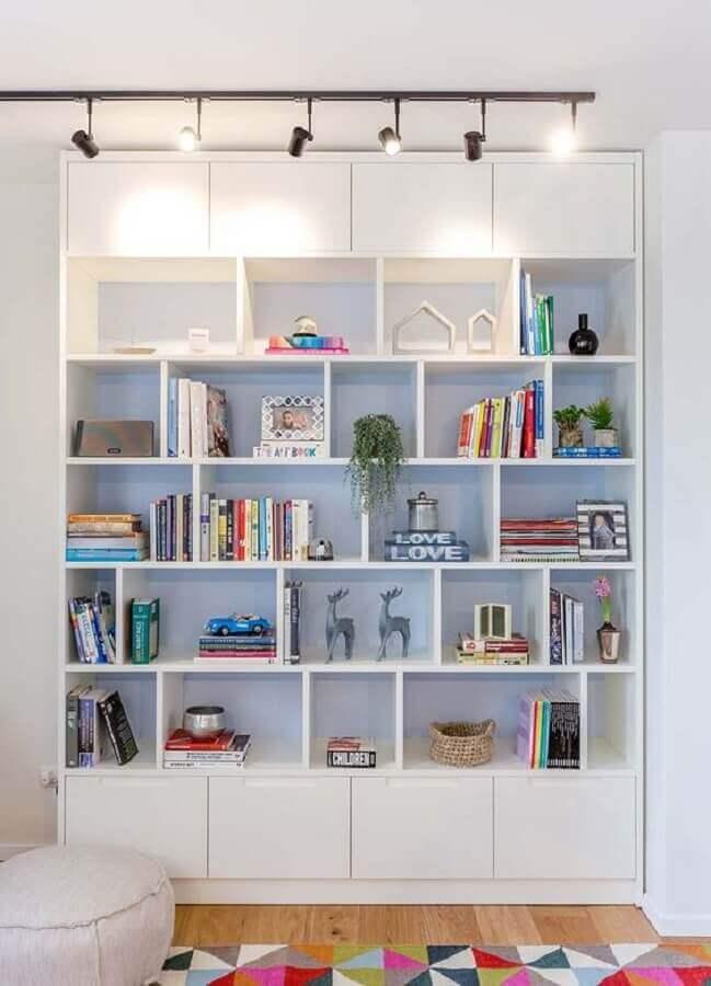 decoraçao clean com estante de nichos toda branca Foto Fineshmaker