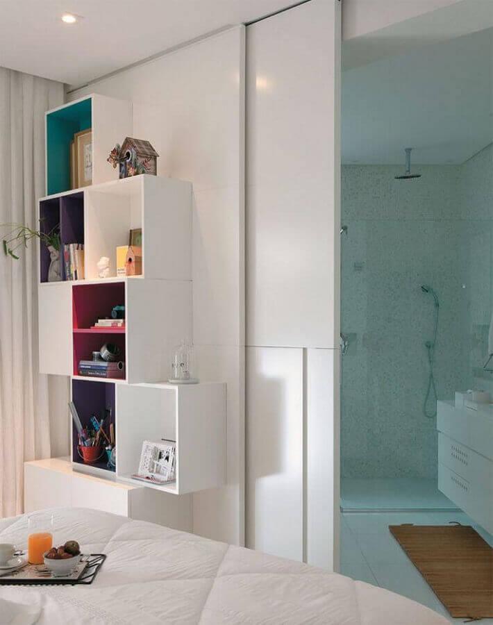 decoração de quarto branco com estante de nichos com detalhes coloridos Foto Ideias Decoração