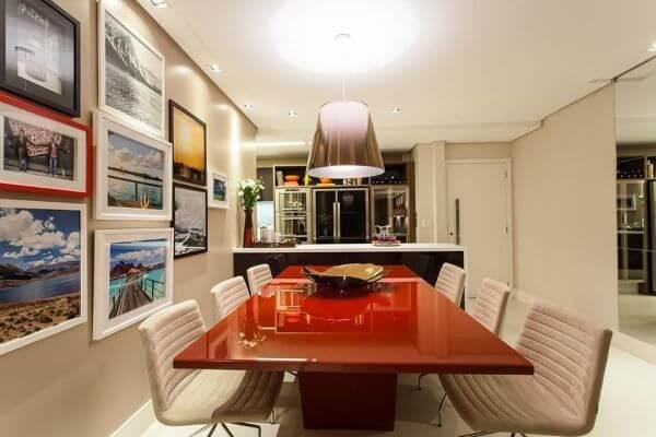 Cozinha americana com mesa de jantar vermelha