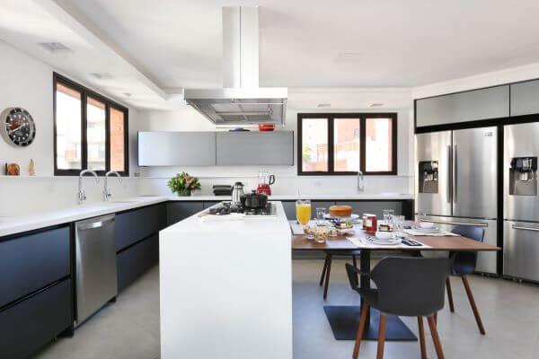 Cozinha americana com armários cinza e bancada branca