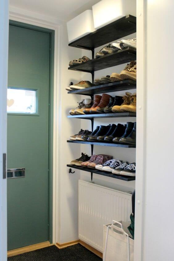 Entrada de casa com sapateira de prateleiras