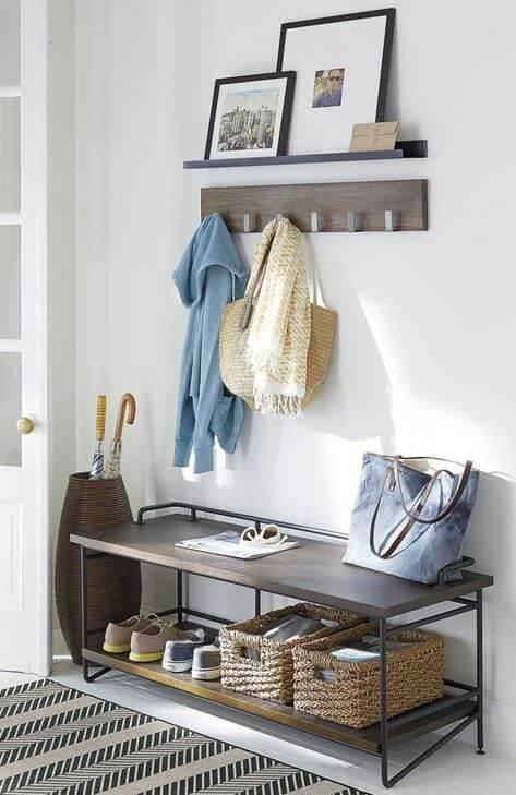 Sapateira de porta com prateleira e decoração moderna