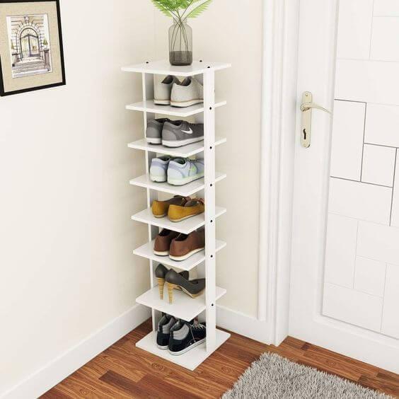 Sapateira de porta vertical feita de madeira