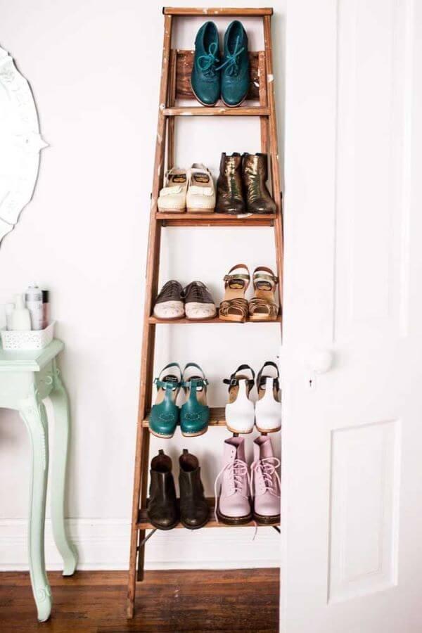 Escada usada como sapateira de porta