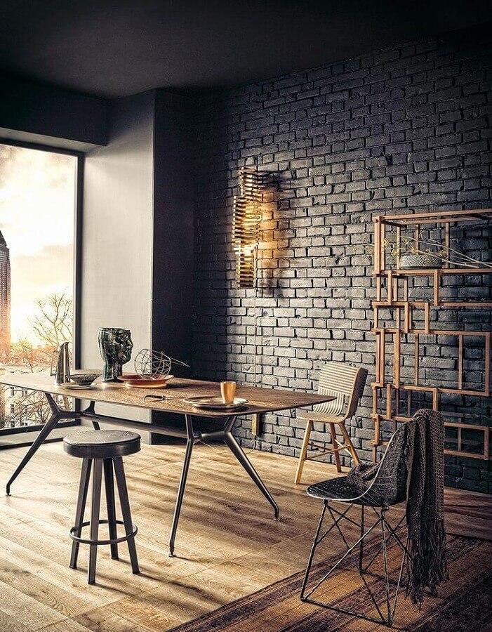 escritório decorado com mesa estilo industrial e parede de tijolinho preto Foto Home Fashion Trend