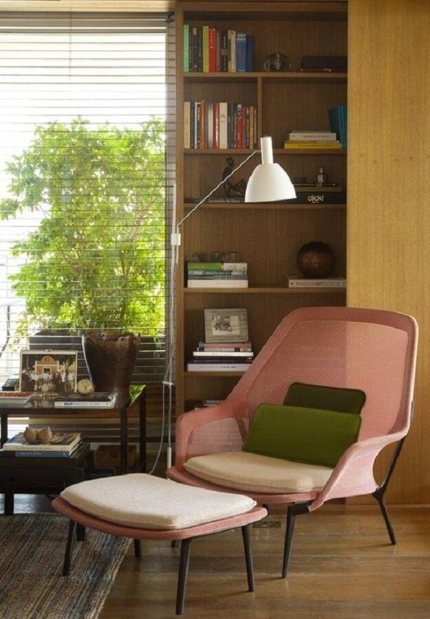 escritório decorado com poltrona rosa e luminária para leitura de livros de chão Foto Home Fashion Trend