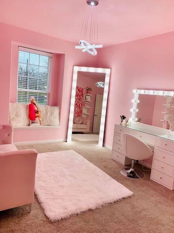 Espelho camarim com penteadeira no quarto cor de rosa