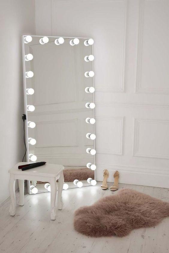 Espelho camarim iluminado no quarto moderno