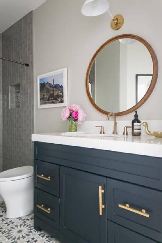 espelho redondo para banheiro clássico com gabinete cinza e puxadores dourados Foto HGTV