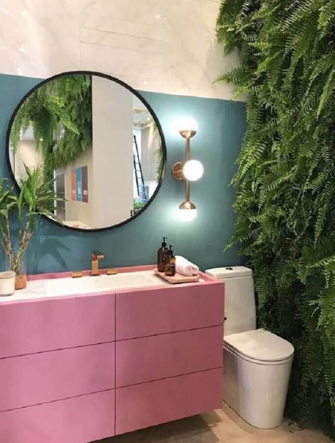 espelho redondo para banheiro com jardim vertical e gabinete rosa planejado Foto We Heart It