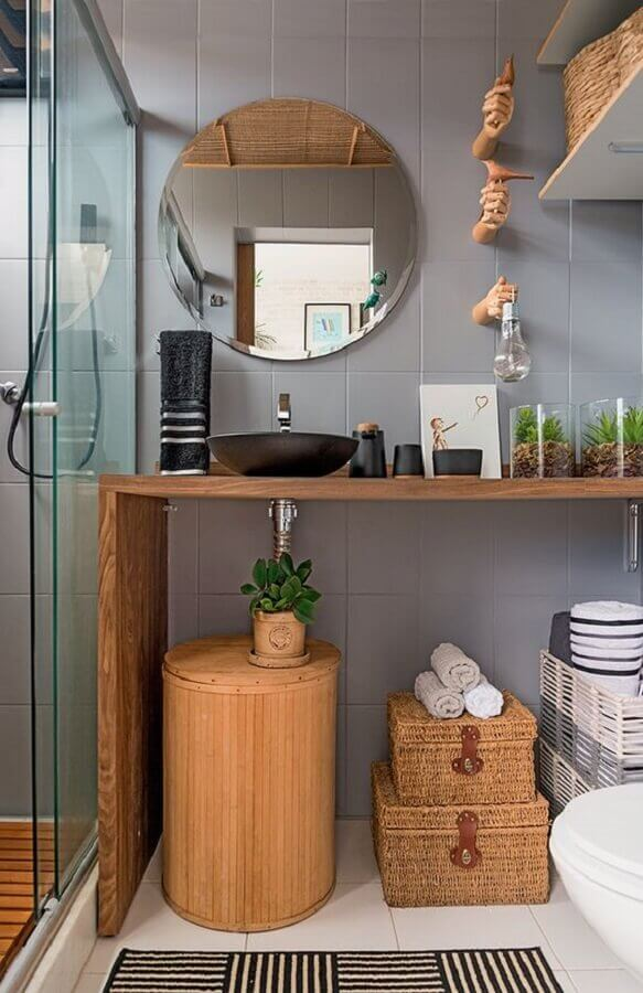 espelho redondo para banheiro decorado com gabinete de madeira Foto Pinterest