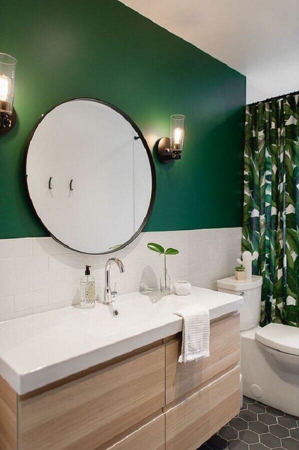 espelho redondo para banheiro decorado com parede verde e gabinete de madeira suspenso Foto Decoist