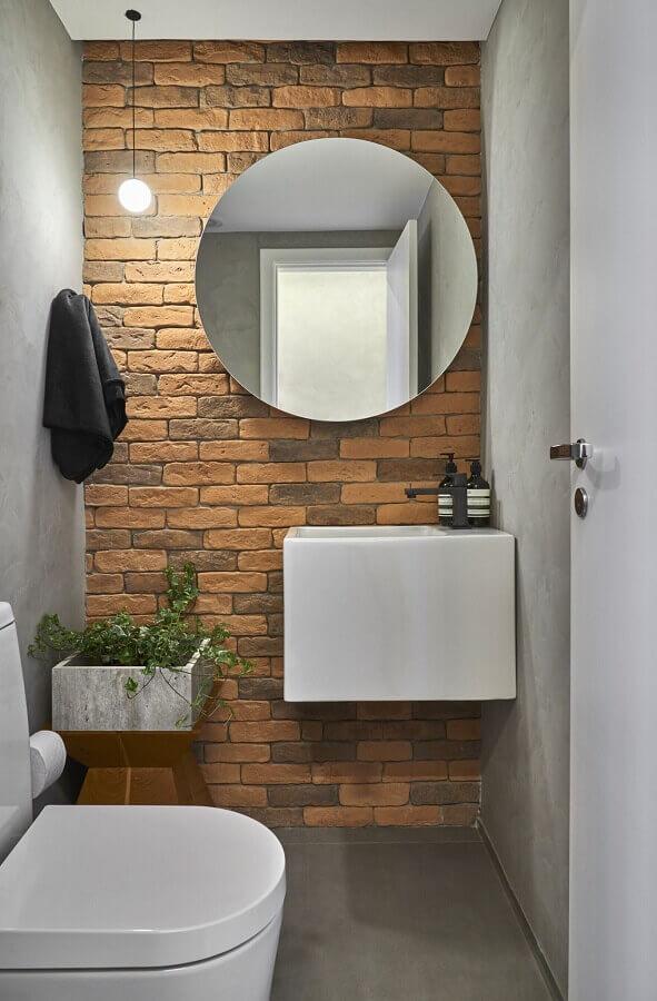 espelho redondo para banheiro pequeno decorado com parede de tijolinho à vista Foto Conexão Décor