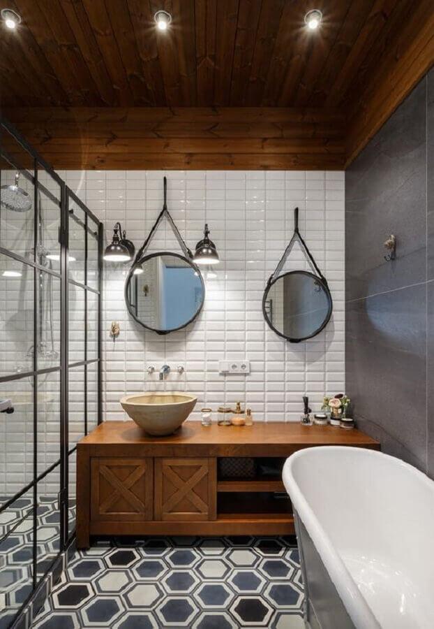 espelhos para banheiro redondo decorado com piso geométrico e gabinete de madeira Foto limaonagua