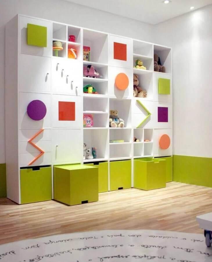 estante de nichos colorida para decoração de quarto infantil Foto Marília Veiga