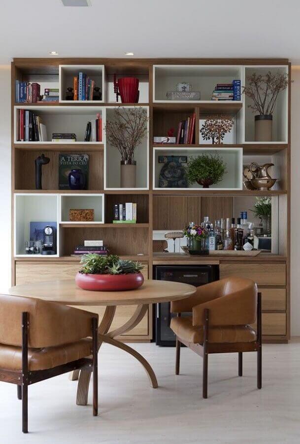 estante de nichos de madeira para sala de jantar com mesa redonda Foto Histórias de Casa
