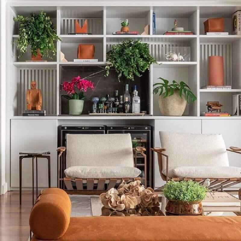 estante de nichos planejada para sala com poltronas de madeira Foto Pinterest