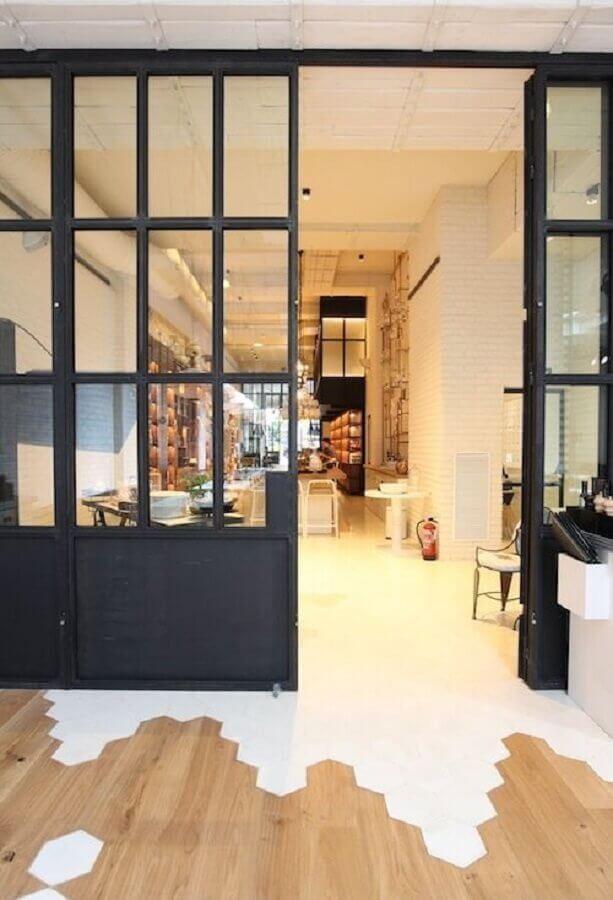 fachada com piso de madeira e piso revestimento hexagonal branco  Foto Pinterest