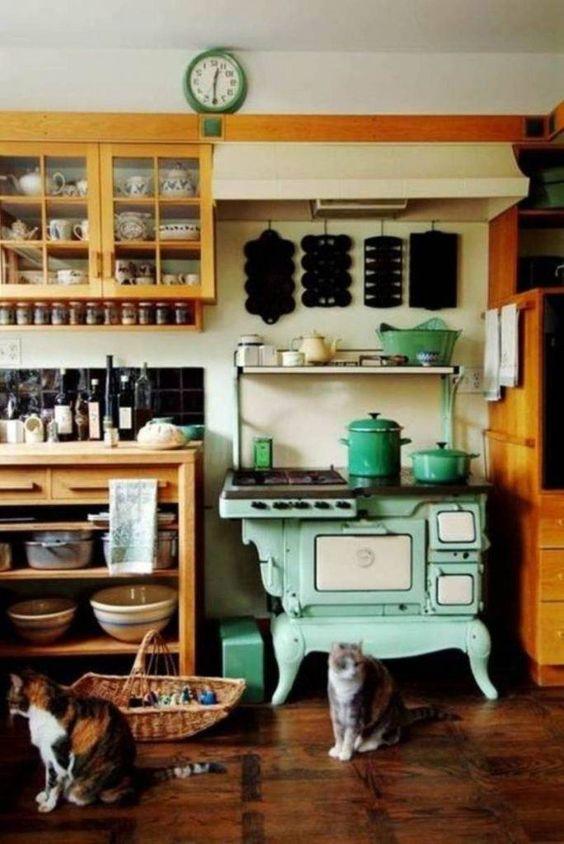 Cozinha com fogão a lenha retrô