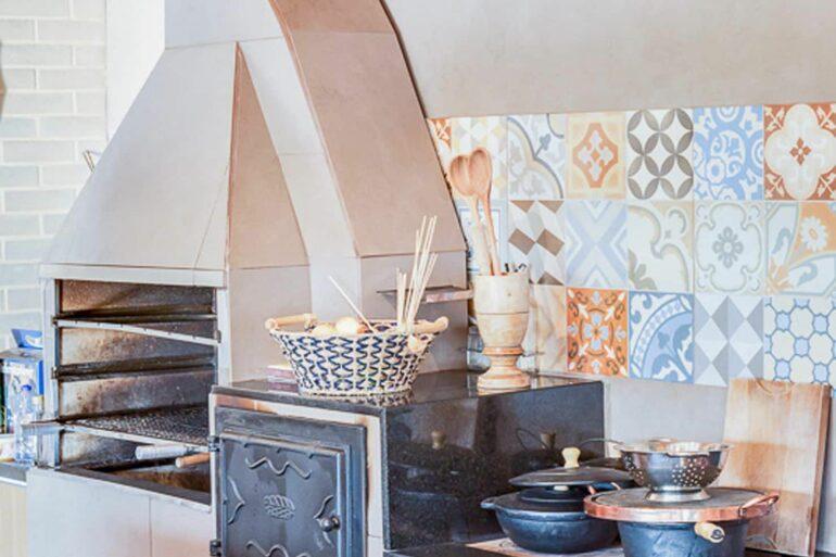Fogão a lenha com churrasqueira pre moldada - Via: Archtrends
