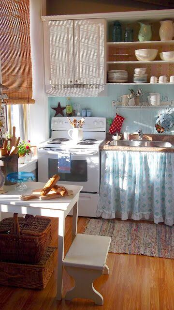 Fogão retrô branco com parede azul clara