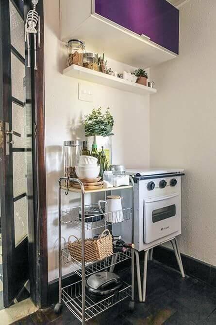 Fogão retrô branco pequeno na cozinha pequena