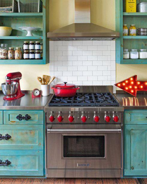 Cozinha com fogão retrô inox